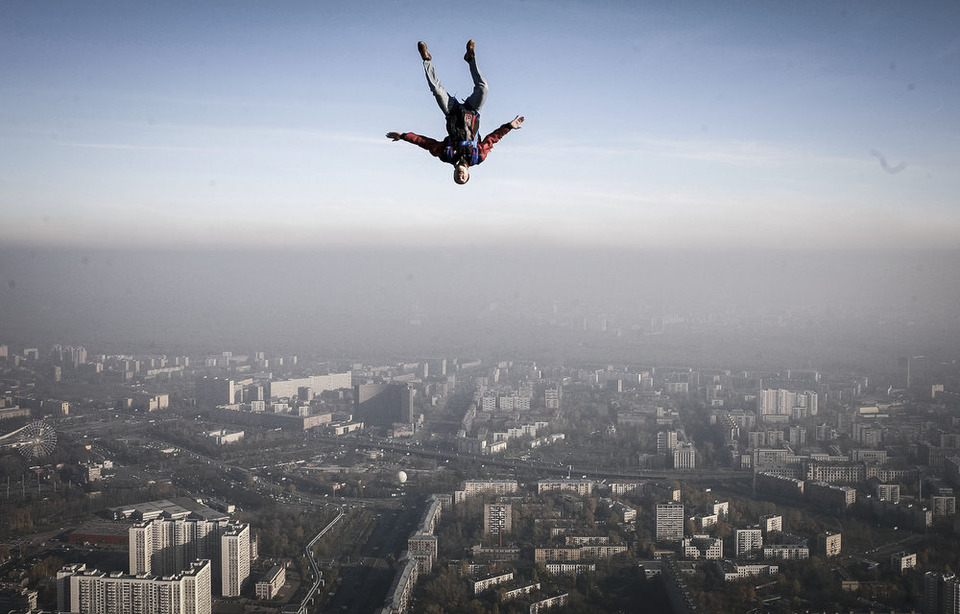Бейсджампер прыгает с Останкинской башни. С.Пономарев