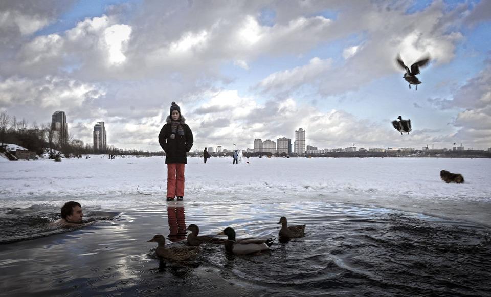 Купание в замерзшей Строгинской пойме.С.Пономарев