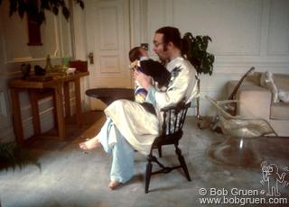 Джон Леннон с сыном, 1975
