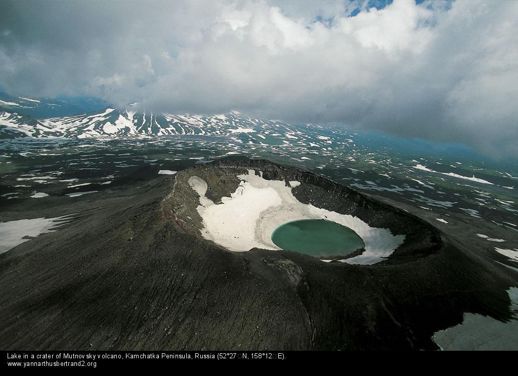 Озеро в кратере вулкана, Камчатка